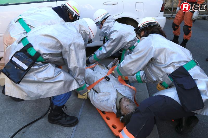 バックボードを活用して要救助者を救出する。