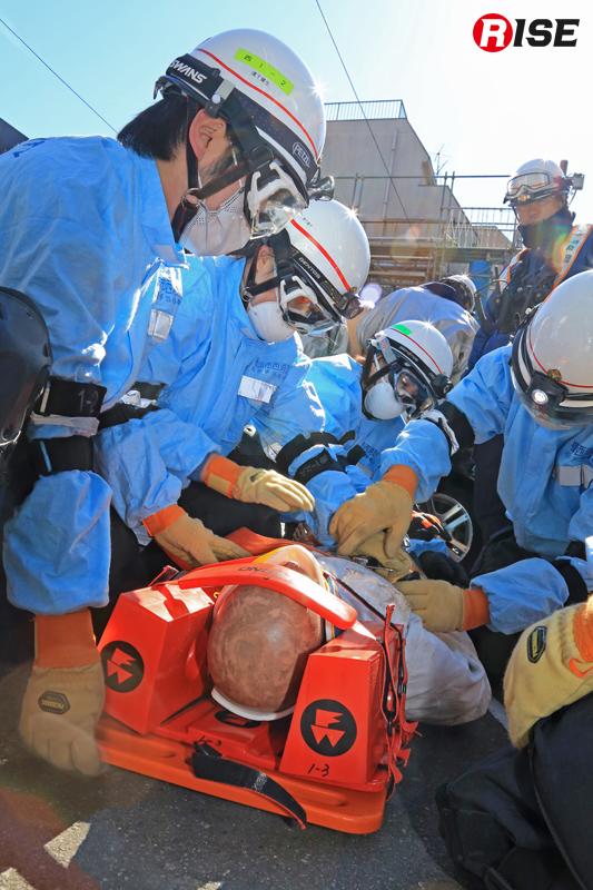 応急手当指導員としての知識も活かし応急手当や搬送準備を行う。