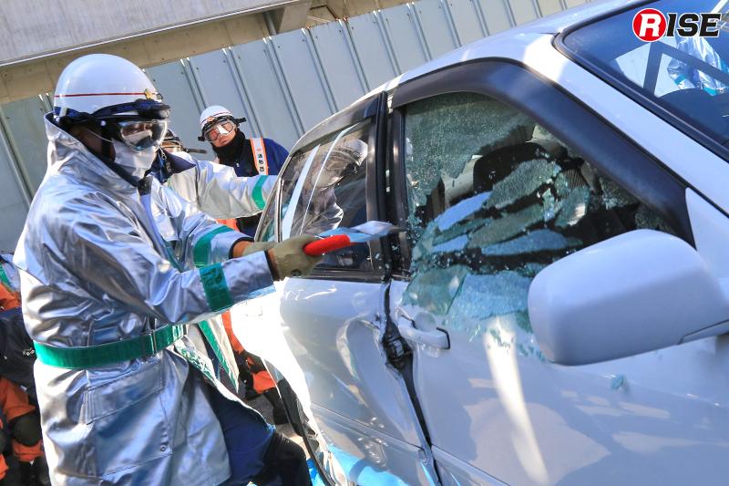 ガラス破壊の体験訓練。使用資機材別の特性なども学ぶ。