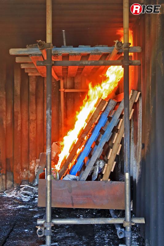 燃焼物となるパレットに点火。しばらくすると天井方向へと炎が走り始める。