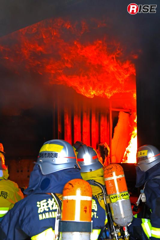 炎の先端が天井に達し、横方向に進み煙の中に炎が見えるロールオーバー現象。実際の火災環境の中に身を置き、体感する学生たち。