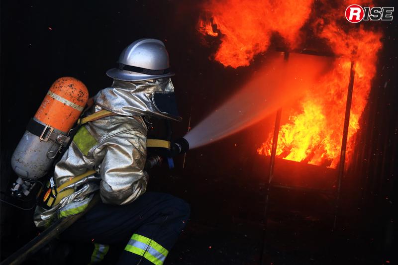直接消火を目的とする「ダイレクト・アタック」。近距離から火災基部を定点注水やストレート注水で叩く。