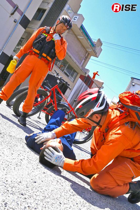 大和市消防本部の消防ファットバイク隊。2人1組で出場し、情報収集や初期消火、救護活動などを実施する。