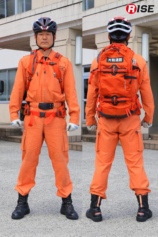 乗車用ヘルメットと各種アイテムを収めた専用バックパック。