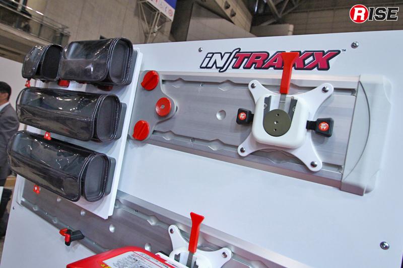 パラメディックコンセプトに搭載されているファーノ・ジャパン・インク日本支社の「in/Traxx(イントラックス)」システム。積載資器材や収納部を簡単に着脱でき、レイアウト変更も容易。26Gの衝撃対応能力を有し、海外では救急車両のスタンダードシステムとして普及している。