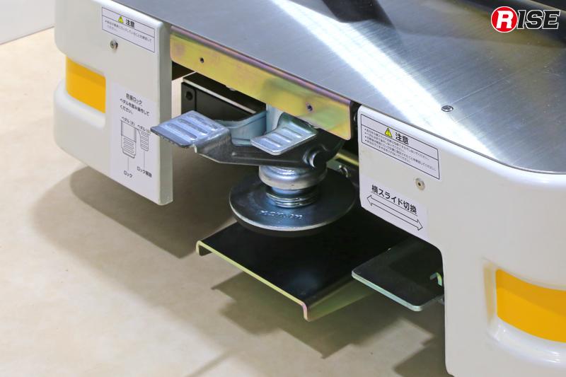メディカルシート側に備わるペダルで防振ロックや横スライドなどの操作を行う。