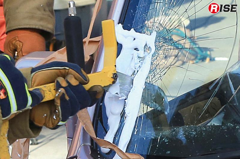 ドアの変形が激しく救出困難な想定。屋根を解除するため、まずはフロントガラスの切断を行う。シェービングクリームを活用し、ガラス粉塵の飛散防止を図っている。