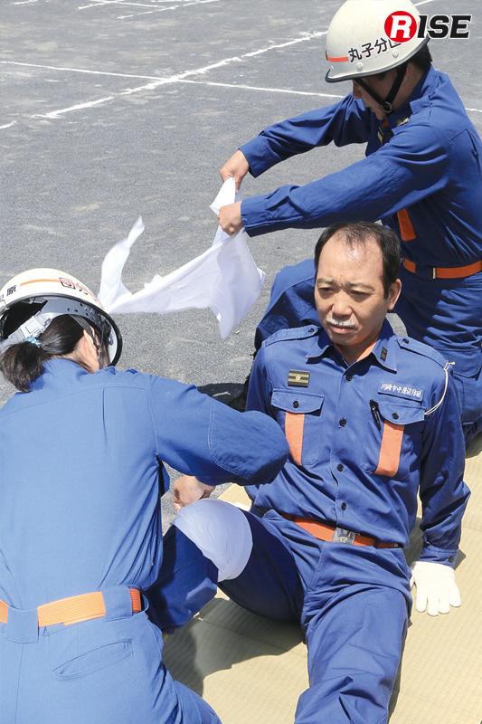 応急救護訓練。2名が連携し、応急手当を実施する。