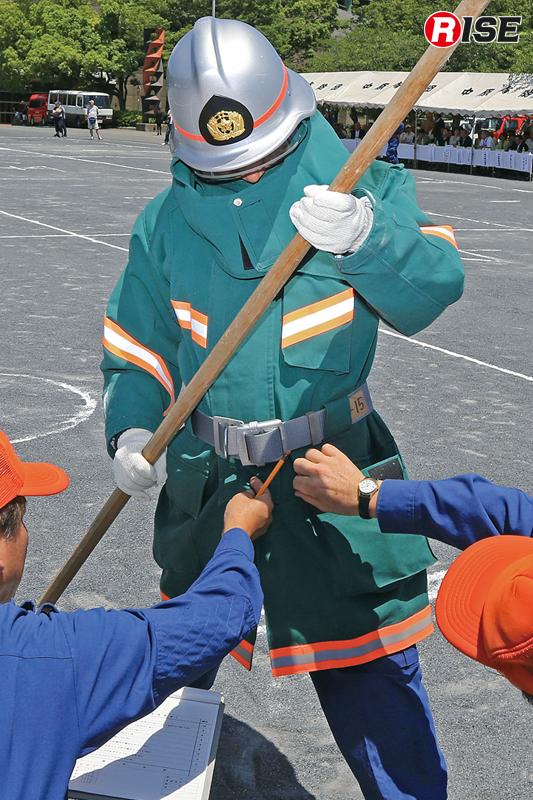 ゴールでは審査員の厳しい目で着装状況がチェックされる。