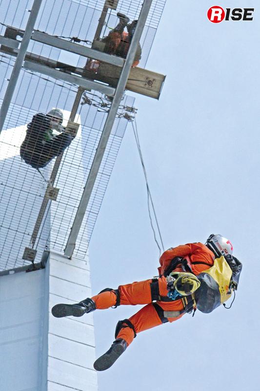 縛着用資機材や誘導ロープなどを携行し、隊員が進入を図る。
