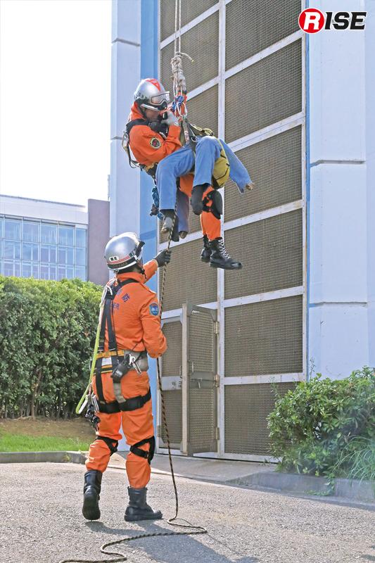 後着隊隊員の支援を受け、地上への救出が完了する。