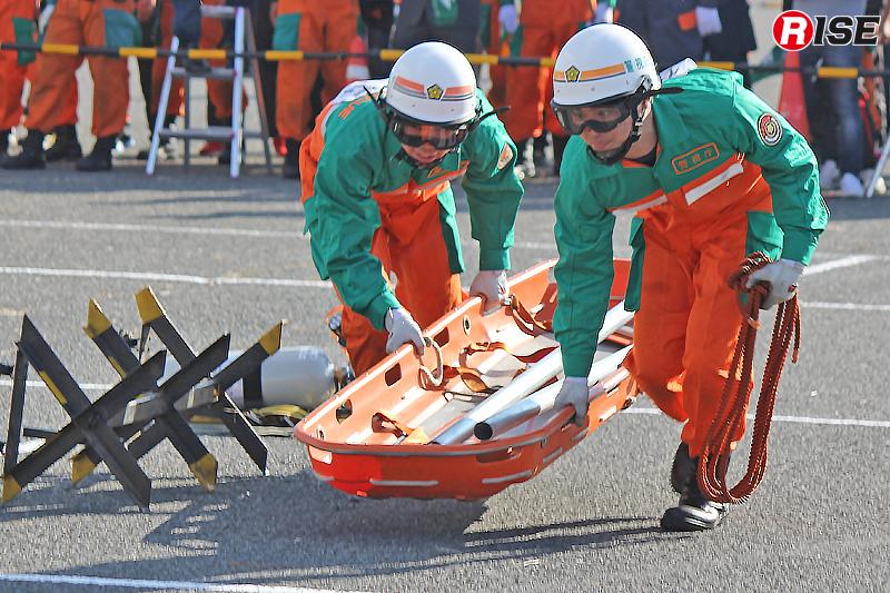 切断した単管などもピックアップし、要救助者の元へ走る。