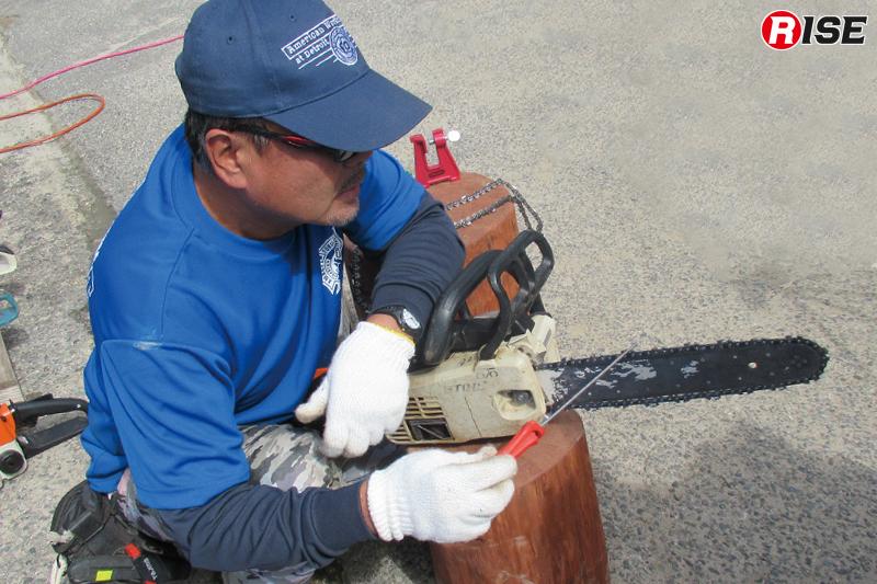 切れにくくなった場合は専用のやすりを用いて刃を研ぐ。