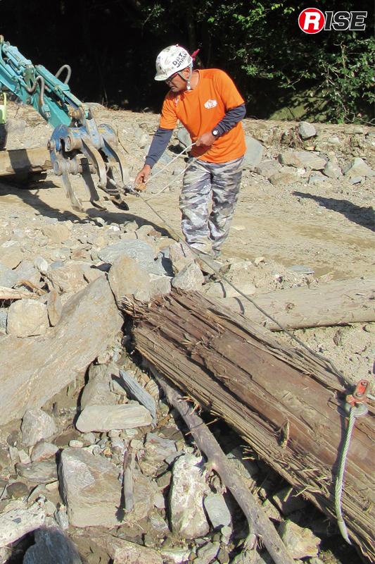 掘削除去以外にも、障害物の牽引などにも活躍する。