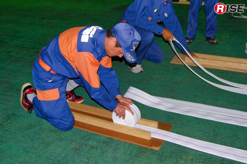 選手と指導員以外がホースの準備などを行う。