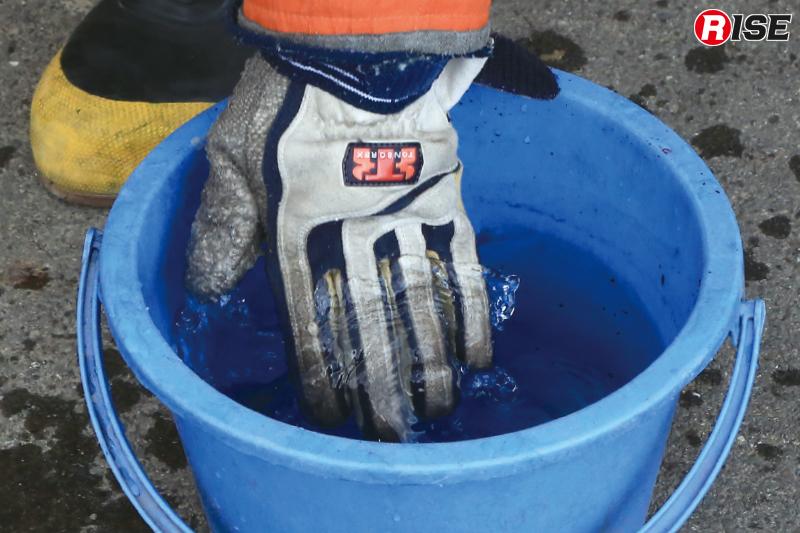 熱伝導の違いを体感するため事前に片手のみ濡らしておく。