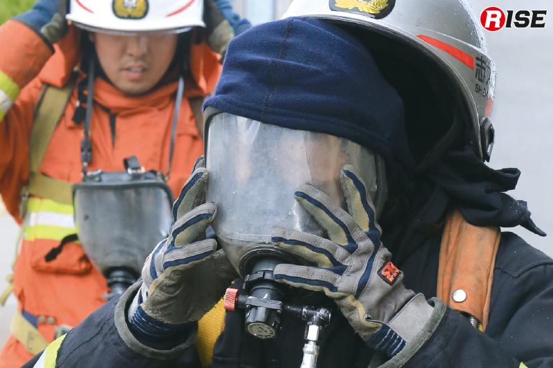 水蒸気から頭部を守るには防火フードが不可欠だ。