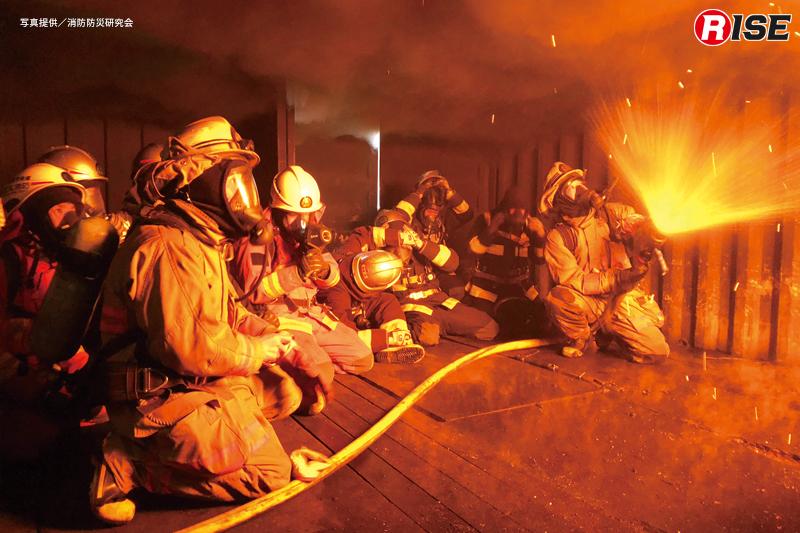 実火災体験型訓練施設内に再現された燃焼区画の環境。天井の高温になった可燃性ガスをパルス注水で冷やす。