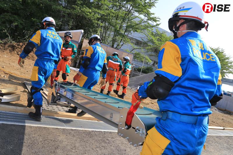 建物内に流入した土砂の搬出に、ベルトコンベアを活用。この装備は警視庁がいち早く導入し、西日本豪雨災害の現場活動にも投入された。