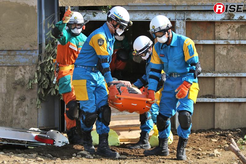 要救助者をバスケット担架に収容して救出を実施。