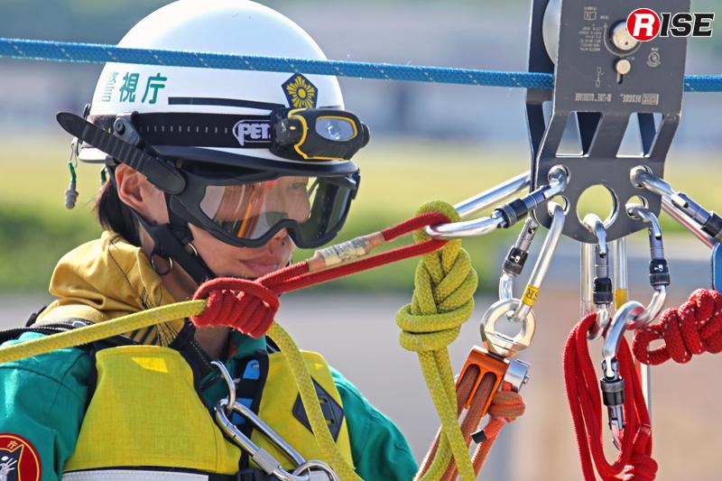 この訓練では特殊救助隊の女性隊員が救助を実施。