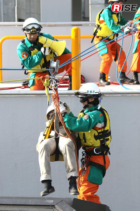 対岸側での引き込みにより、家屋内から要救助者を一次救出する。