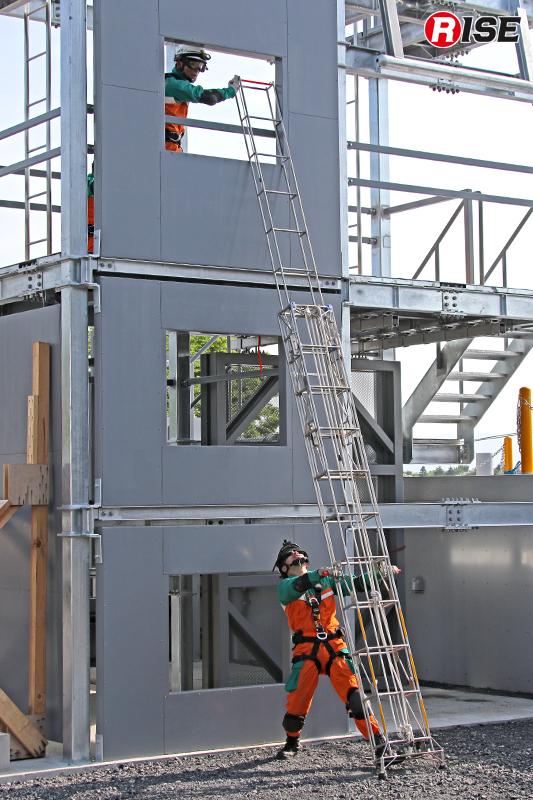 建物3階へ向け三連はしごを架梯。