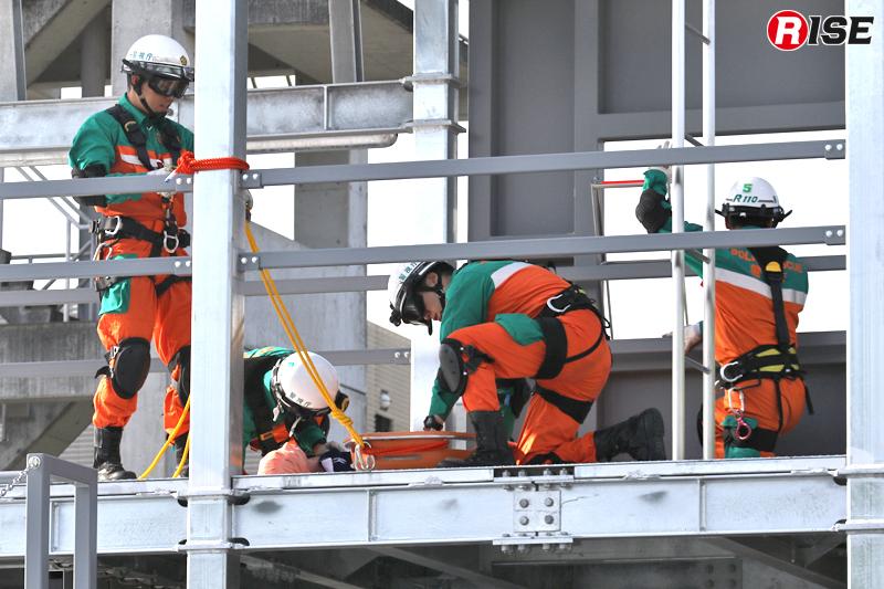 バスケット担架に要救助者を収容する。
