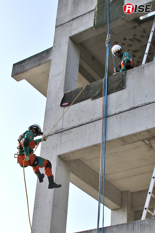 建物3階部分より降下進入を図り、要救助者へ接触する。
