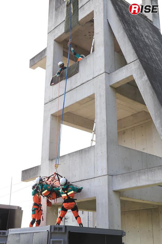 要救助者と介添えする隊員を3階まで引き揚げる。