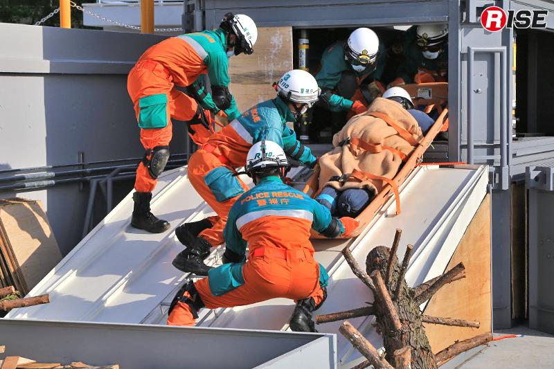 中段の開口部より要救助者を救出する。