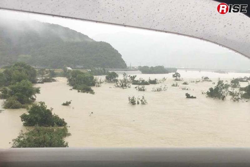 河川を見ると水の量がかなり増え、茶色く濁った状態だった。