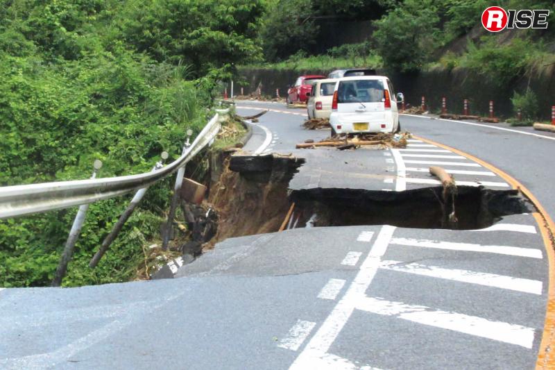 県道34号線。土砂流出により路面が崩落。