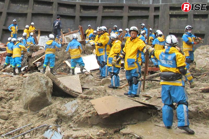 人海戦術により土砂や倒壊物の除去を行う愛知県警察の広域緊急援助隊。