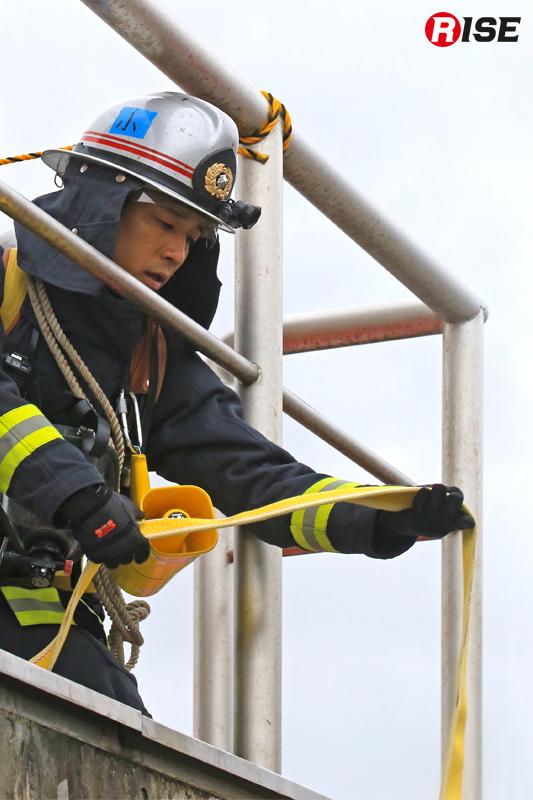 三連はしごの投入と合わせホースの引き込みも実施。