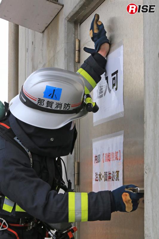 出火室への進入を前に小隊長がドアの温度確認を実施。
