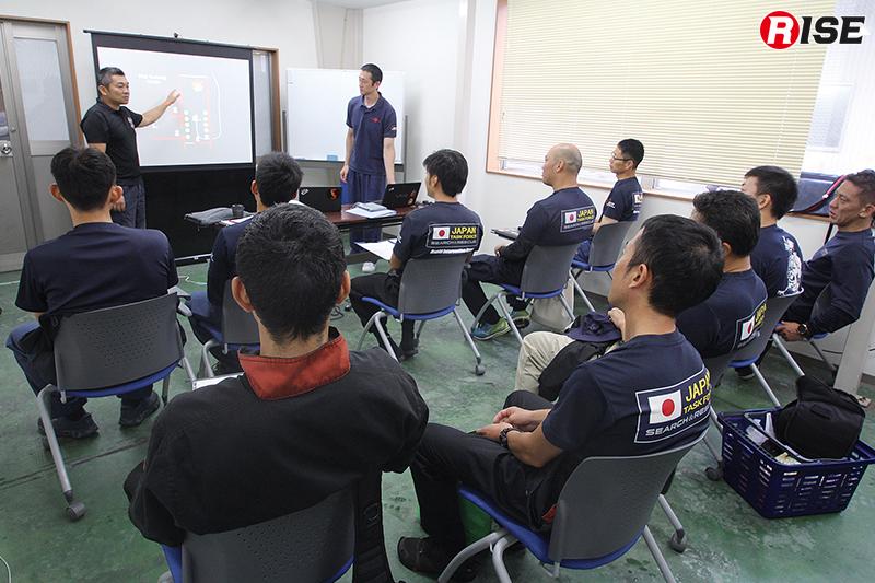 座学では生火を使うライブ・ファイヤーの目的等を含めレクチャーされる。