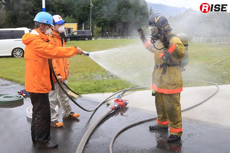 訓練後は身体に付着した煤等を水的除染により洗い流す。