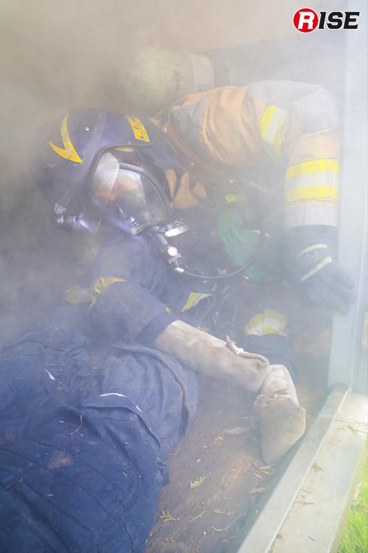 煙道の先でダウンしている隊員(ダミー)を救出。辿り着くのも容易ではない。