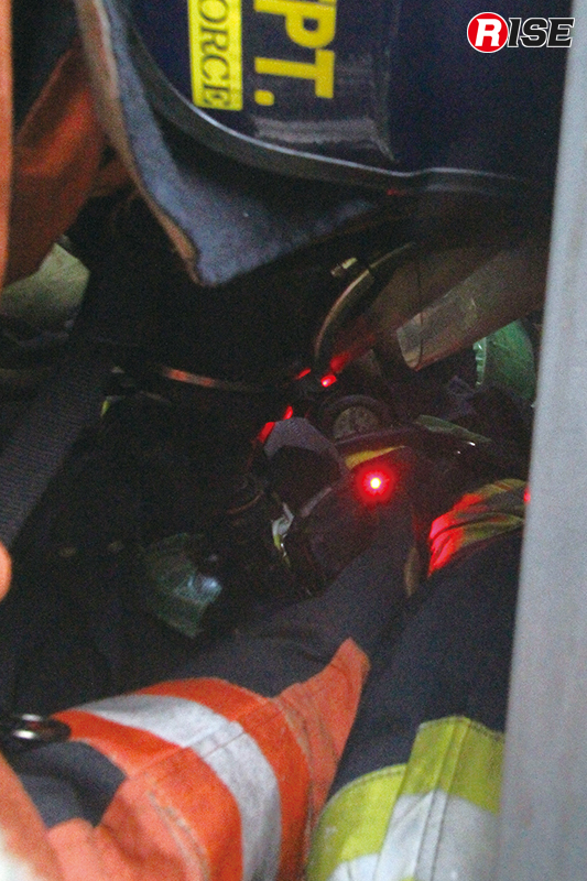 携帯警報器のアラームを頼りにダウンした隊員の元へたどり着く。