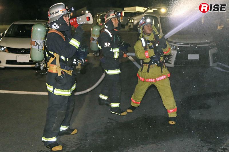 消防団とともに警戒筒先を担当する署隊の隊員たち。