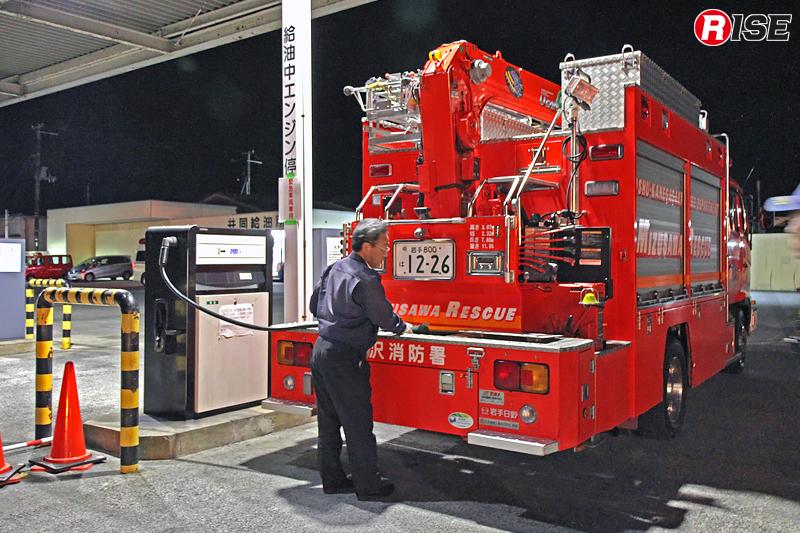 実践的訓練として、北海道東北ブロックでは民間団体と連携した緊急消防援助隊車両への燃料補給訓練を実施した。