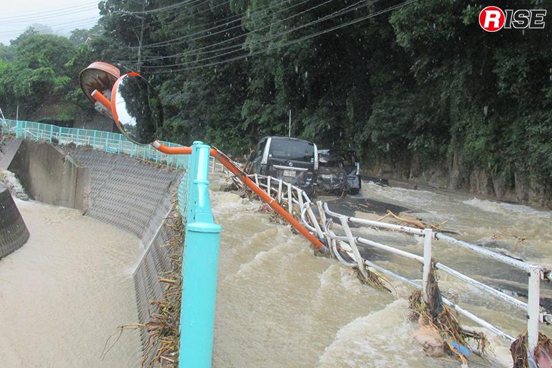 川よりも激しい流れを見せる県道34号線の濁流。