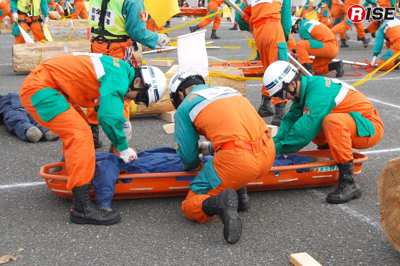 丸太を移動させて要救助者に接触。