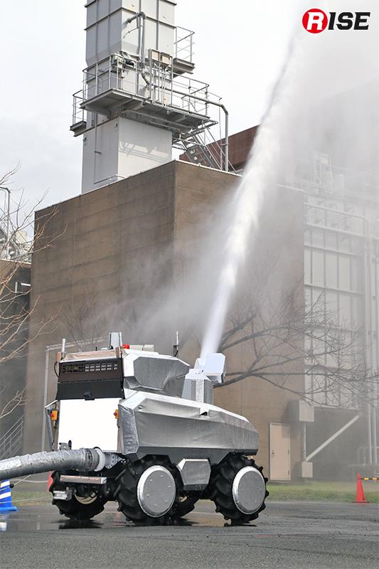 放水時は偵察・監視ロボットが放水監視を行い、その情報を基に放水角の微調整などが自動で行われる。