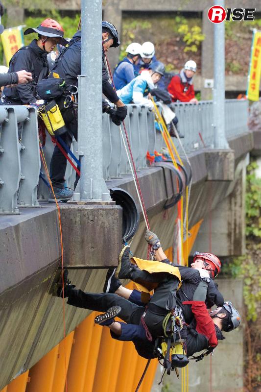 青雲橋下のキャットウォークで行動不能となったビクテムを橋上に引き上げる。