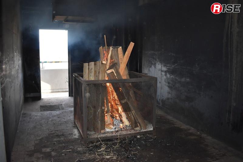 壁面貫通消火戦術に関する展示訓練。まずは耐火造建物(訓練棟)の室内で火災を再現する。