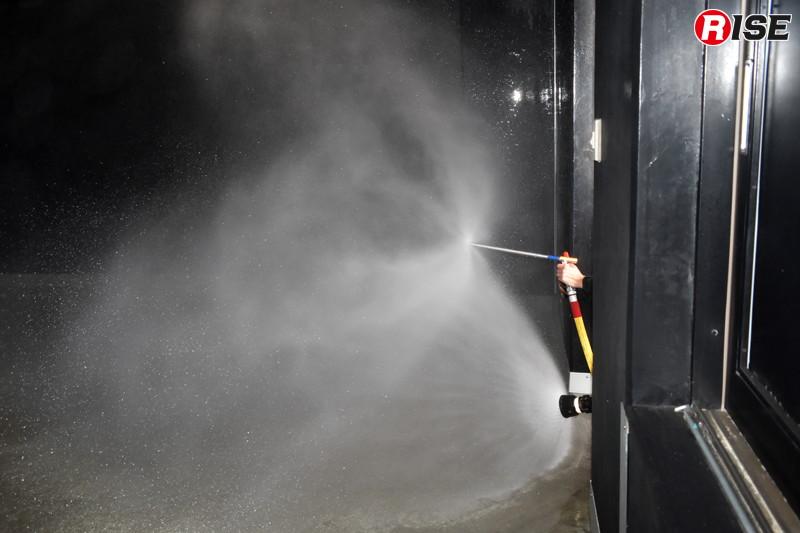 フォグネイル(ディフェンスノズル)と一般的なガンタイプノズルの最大広角噴霧の比較。