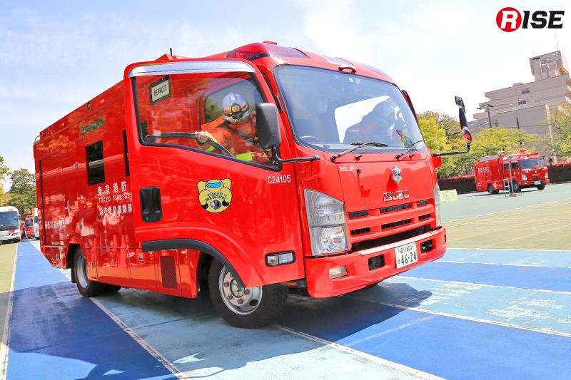 第三消防方面本部消防救助機動部隊(3HR)の隊員らが現着し、活動を開始する。