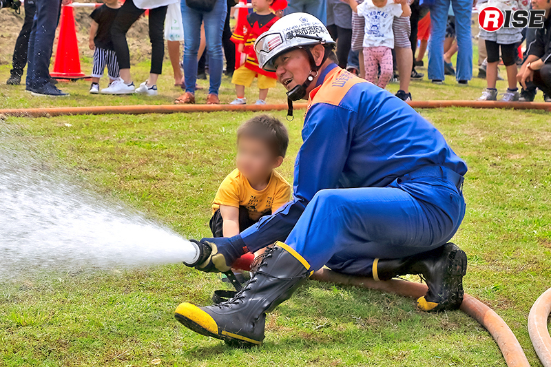 実際の消火ノズルを使っての放水体験コーナー。
